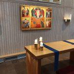 Ljus på altartavla med guldskimmer