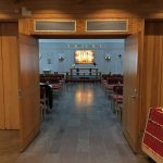 Ljuset på altertavlan ger stor effekt i kyrkans kringliggande rum.